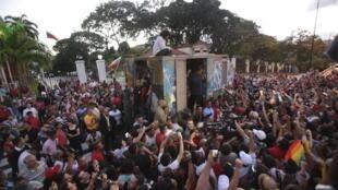O presidente venezuelano, Nicolás Maduro, discursa para partidários diante do palácio de Miraflores, em Caracas