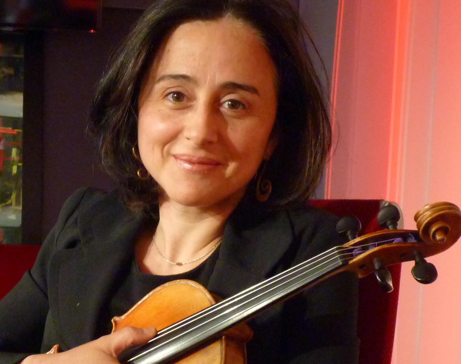 La violinista y compositora española Mónica Acevedo de Pablo en RFI