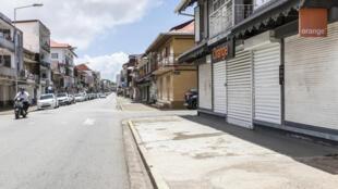 Des magasins fermés, le lundi 26 mars, à Cayenne, après le vote d'une grève générale.