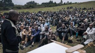 El alcalde de Minembwe, Gadi Muzika, presenta su pésame a los miembros de la comunidad banyamulenge en el funeral de un pastor asesinado por milicianos, en Kivu del Sur, el 7 de octubre de 2020