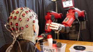 Équipé d'une tablette en guise de visage, le robot  peut exprimer des émotions.