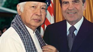 អតីតប្រធានាធិបតីឥណ្ឌូណេស៊ី លោក Suharto (ឆ្វេង) និងអតីតប្រធានាធិបតីអាមេរិក Richarles Nixon (ស្តាំ)