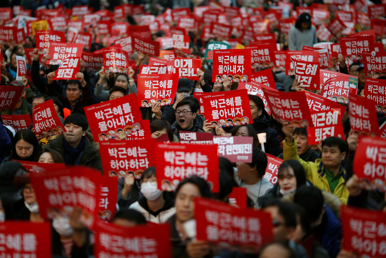 Người dân Hàn Quốc biểu tình đòi tổng thống Park Geun Hye từ chức, Seoul, ngày 19/11/2016.
