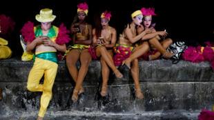 Bailarines del Carnaval de La Habana usan un punto de acceso a internet, el 18 de agosto de 2017.