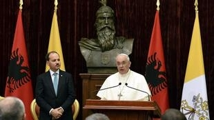 En déplacement à Tirana, le pape François a regretté l'instrumentalisation de la religion à des fins extrémistes.