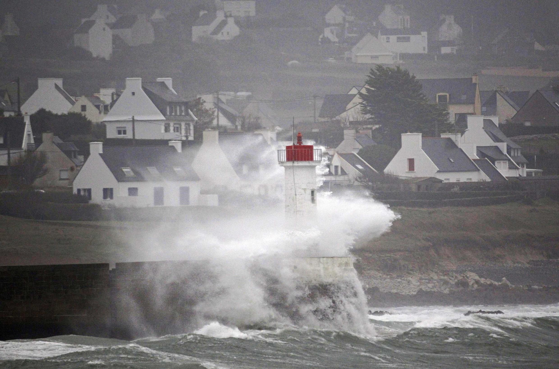 A região francesa da Bretanha já está sendo atingida das chuvas e fortes ventos.