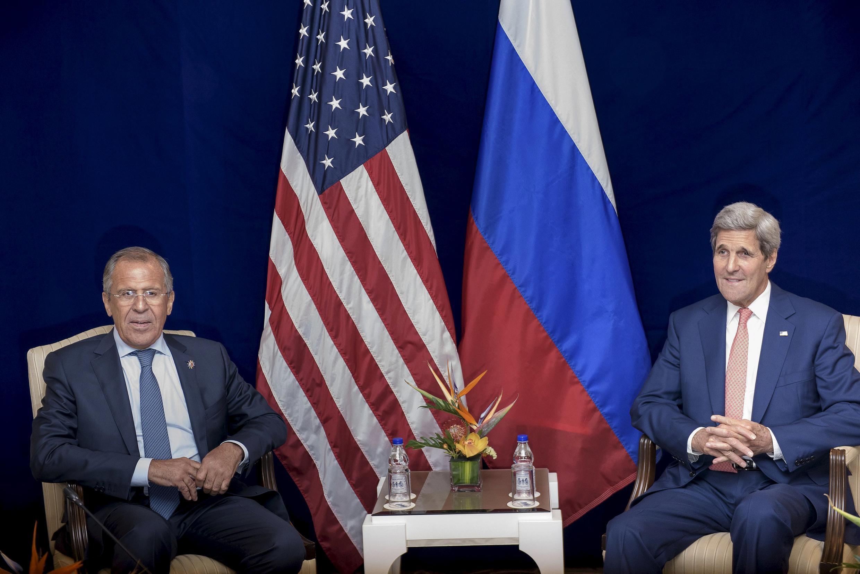 Ngoại trưởng Nga Sergei Lavrov (trái) và đồng cấp Mỹ John Kerry tại Kuala Lumpur, Malaysia, 05/08/2015.