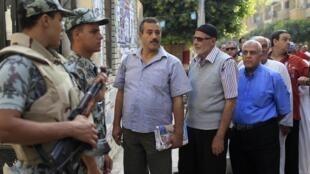 Перед избирательным участком в северо-восточном районе Каира 16 июня 2012 г.