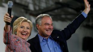 Ông Tim Kaine bên cạnh bà Hillary Clinton trong một lần vận động tranh cử tại bang Virginia.
