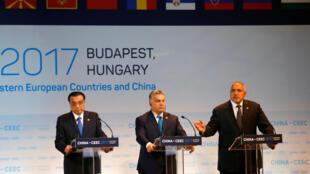 Thủ tướng Trung Quốc Lý Khắc Cường và hai thủ tướng Hungary và Bulgari tại thượng đỉnh Budapest ngày 27/11/2017.