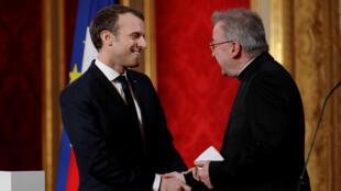 Emmanuel Macron et le nonce apostolique Luigi Ventura à l'Elysée en janvier 2018, lors des vœux du chef de l'Etat au corps diplomatique.