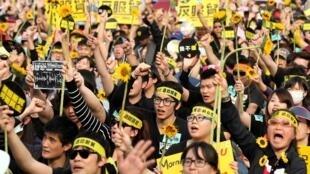 台湾向日葵示威者在总统府前抗议服贸协定2014年3月30日。