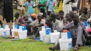 Le 18 juin 2017, des déplacés sud-soudanais dans le camp de Bentiu, reçoivent des vivres distribués par l'ONU. Au sud du pays, les habitants souffrent de famine.