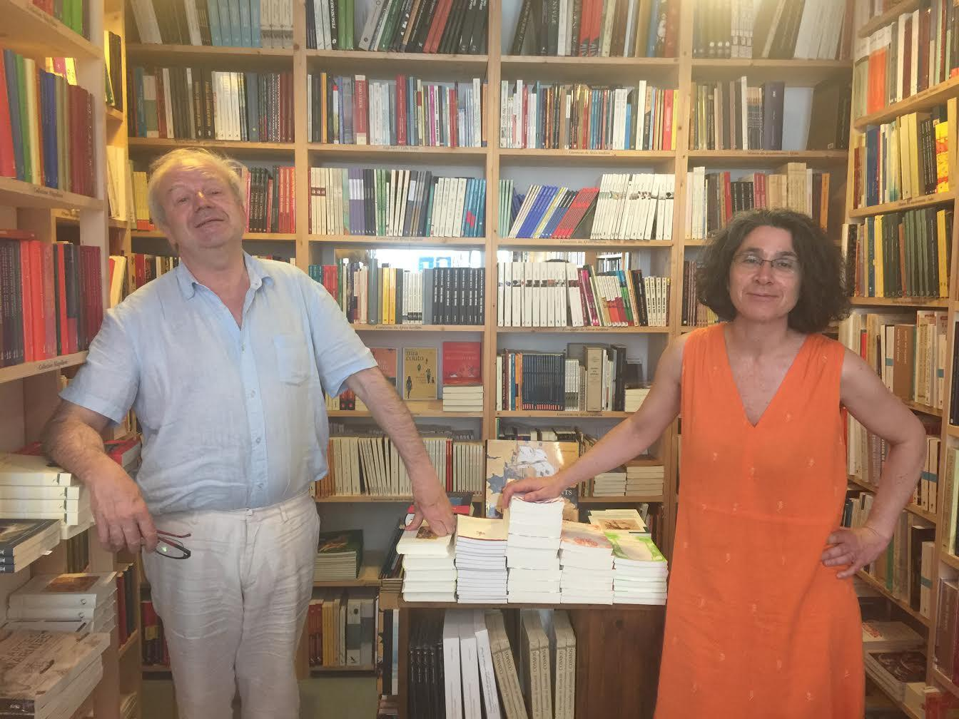 Michel Chandeigne e Anna Lima posam entre os livros de autores lusófonos que editam