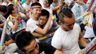 Partidarios del matrimonio homosexual en Taiwán celebran la decisión de la Corte Constitucional. Taipei, 24 de mayo de 2017.