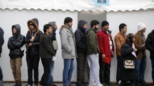 Migrantes fazem fila, em Berlim, em frente ao escritório do serviço de saúde local.