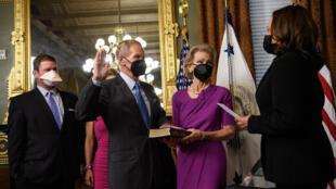 La vicepresidenta de EEUU, Kamala Harris, juramenta a Bill Nelson al frente de la NASA, el 3 de mayo de 2021 en la Casa Blanca