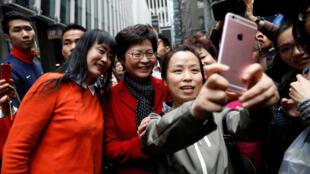 2017年3月27日,新当选香港特首林郑月娥在街头与支持者合影。