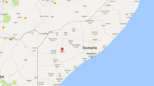 D'après une source locale, la cible visée par une dizaine de missiles serait située près du village de Leb-Adde, dans une région montagneuse à l'est de la localité de Dinsor, dans la région de Bay, l'un des fiefs des shebabs.