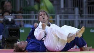 Paula Pareto en combate contra la juvenil rusa Irina Dolgova