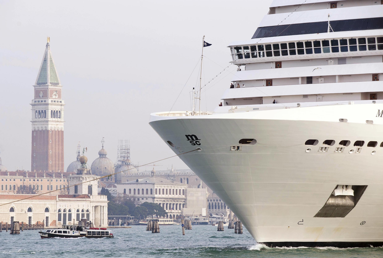 Un crucero pasa frente a la Plaza San Marco de Venecia.
