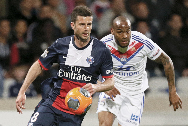 O volante Thiago Motta do PSG  e o atacante Jimmy Briand do Olympique Lyon. 13 de abril de 2014.