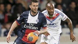 O volante Thiago Motta do PSG  e o atacante Jimmy Briand do Olympique Lyon. 13 de abril de 2014.