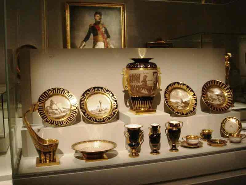展览找到了当时拿破仑赠送给沙皇的这套蓝色餐具,拿破仑向皇家专用瓷器场塞尔夫(Sèvres)定做的盘子上绘有在埃及风景。