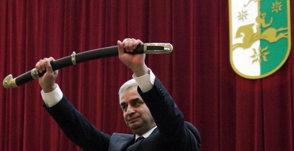 Рауль Хаджимба решил сложить с себя полномочия президента Абхазии. На фото: инаугурация Хаджимбы на пост президента в 2014 г.