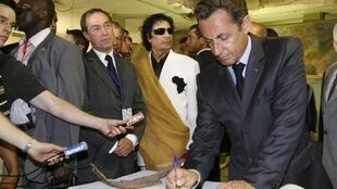 Claude Guéant with Nicolas Sarkozy in 2007 in Tripoli with Moamer Kadhafi