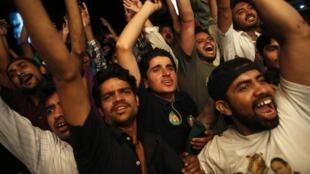 Les partisans de la Ligue musulmane du Pakistan célèbrent la victoire de leur parti, samedi 11 mai à Lahore.