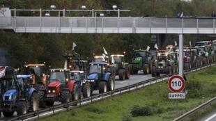 Agricultores bloqueiam com tratores as principais estradas de acesso à capital francesa para protestar contra o aumento de impostos e a redução de subsídios. Na foto, estrada bloqueada no leste da França em 8 de novembro de 2013.