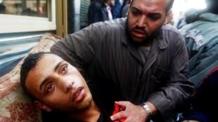 一位在与警方冲突中受伤的埃及示威者.(28/01/2011)