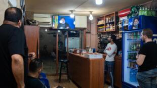 Simpatizantes del Hezbolá miran el discurso de Hassan Nasrala por televisión en un bar de Beirut, el 29 de septiembre de 2020.