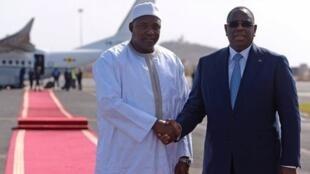 Rais wa Gambia Adama barrow na mwezake wa Senegal Macky Sall wakisubiri kusaini mikataba ya ushirikiano wa kiuchumi na kidiplomasia siku ya Jumamosi.