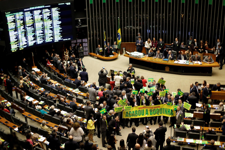Des députés favorables à la destitution de Dilma Rousseff manifestent durant une session à la Chambre des députés, le 15 avril 2016.