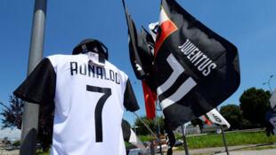 Un maillot de la Juventus avec le nom de Cristiano Ronaldo est exposé dans un magasin à Turin, en Italie, le 7 juillet 2018.
