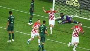 Coupe du Monde 2018 - Groupe D- Croatie-Nigeria au stade de Kaliningrad en Russie,le 16 juin 2018. Les joueurs croates célèbrent leur victoire. Le Nigérian Oghenekaro Etebo, marque contre son camp, c'est le premier but pour la Croatie.