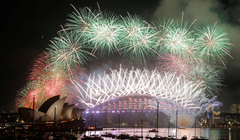 Màn pháo hoa rực rỡ sắc màu trên nhà hát Opera Sydney, bên cầu Harbour, Úc, đón chào năm mới 2017.