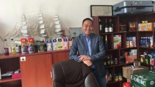 Monsieur Li, importateur de produits alimentaires américains dans son bureau.