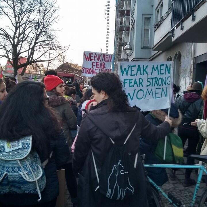 """Alemãs durante manifestação em Kreuzberg, na Alemanha: """"Homens fracos temem mulheres fortes"""", diz a frase nos cartazes em inglês, em 8 de março de 2018."""