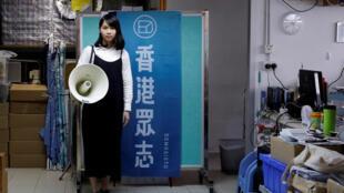 Agnes Chow, en décembre 2017 dans les locaux du parti Demosisto à Hong Kong.