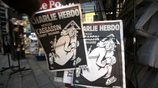 Edição de Charlie Hebdo de 6 de Janeiro de 2016, numa banca de jornais de Nice, França