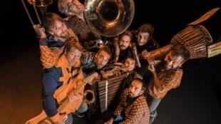 Balaphonics est un groupe cuivré – saxophone, trompette, trombone, soussaphone – où résonne aussi un balafon.