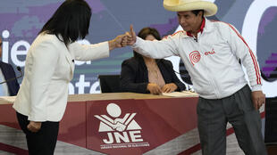(ARCHIVO) En esta foto de archivo del 30 de mayo de 2021, los candidatos presidenciales peruanos, el socialista Pedro Castillo (D) y la derechista Keiko Fujimori (D), se saludan antes de comenzar su último debate de cara a la segunda vuelta electoral del 6 de junio, en Arequipa, Perú