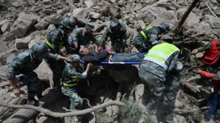 Trung Quốc, Tứ Xuyên : Tìm người sống sót sau trận động đất. Ảnh 09/08/2017.