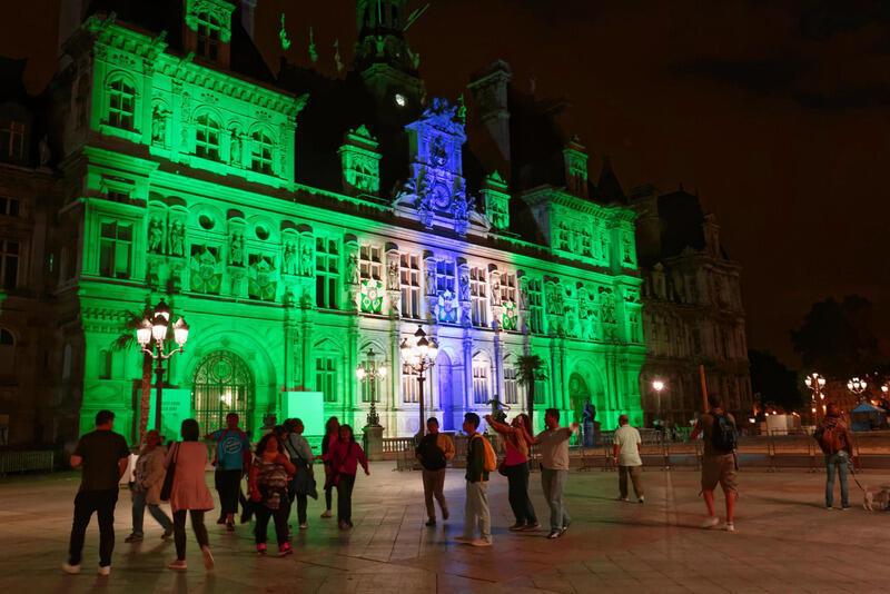 L'Hôtel de ville de Paris revêt les couleurs du Brésil pour celebrer les Jeux olympiques de Rio de Janeiro.