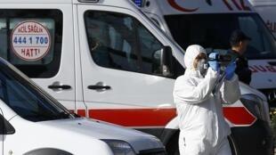 Ambulancias y socorristas en el atentado de Estambul