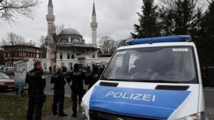 Após choque do ataque racista em Hanau e pressionado por todos os lados a reagir, o governo alemão anunciou nesta sexta-feira (21) um fortalecimento da vigilância policial no país.