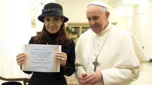 A presidente argentina, Cristina Kirchner, exibe brinde ao lado do papa Francisco, no Vaticano.